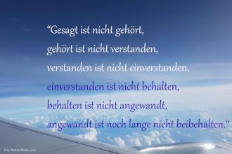 Über_den_Wolken_Bild mit Zitat: Gesagt ist nicht gehört, gehört ist nicht verstanden, verstanden ist nicht einverstanden, einverstanden ist nicht behalten, behalten ist nicht angewandt, angewandt ist noch lange nicht beibehalten.