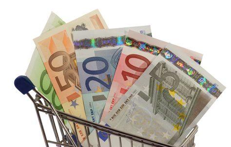 Banknoten in Einkaufswagen